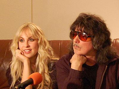 Ричи Блекмор и Кендис Найт минути след пристигането си в София на 16 април. Снимка: Тангра Мега Рок
